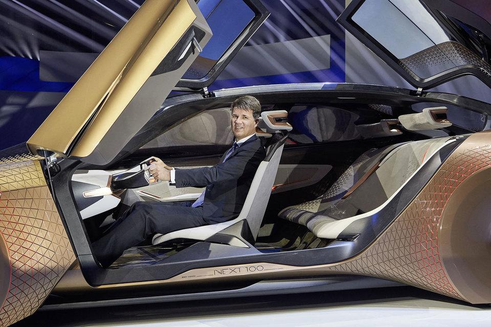 Председатель правления BMW Group Харальд Крюгер представляет концепт Vision Next 100 в Мюнхене