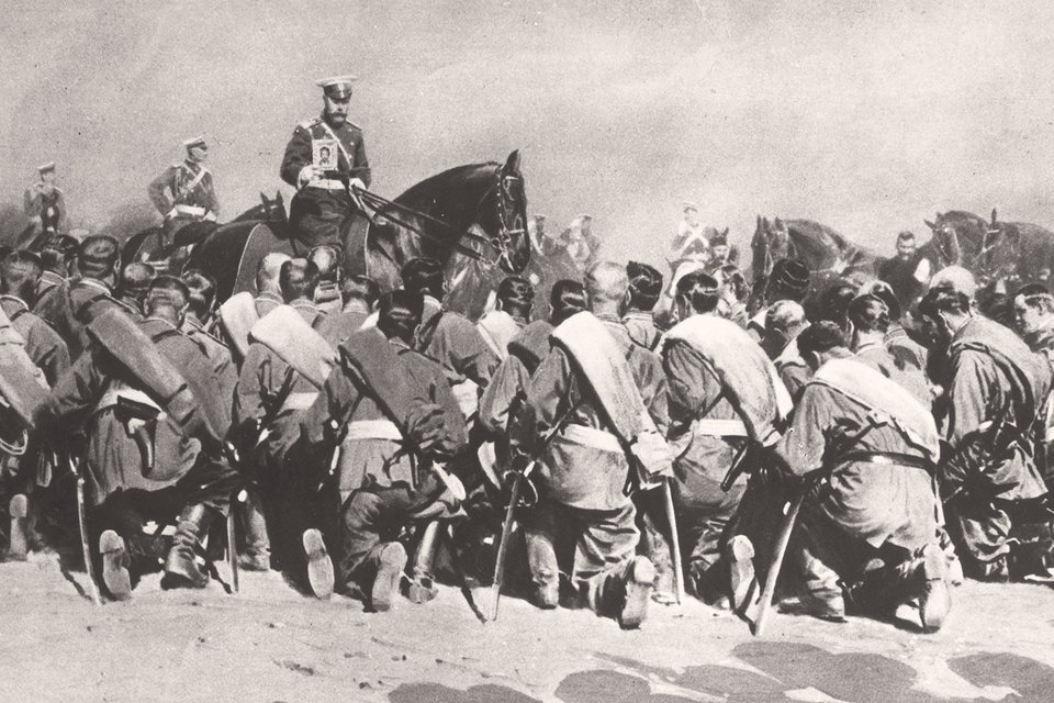 Популярность императора в момент вступления России в мировую войну была фантастической. На фото: Николай II с иконой перед солдатами