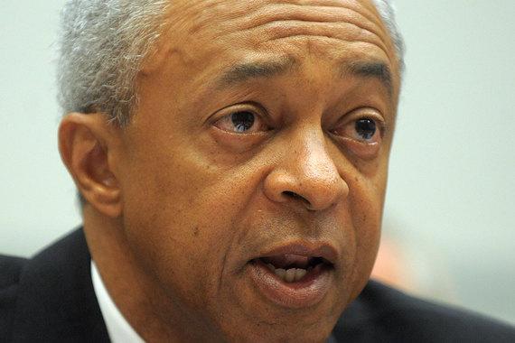 Бывшие гендиректор Merrill Lynch Стэнли О'Нил (на фото) и финансовый директор Джеффри Эдвардс, возможно, нарушили федеральное законодательство о ценных бумагах, введя инвесторов в заблуждение по поводу ипотечных ценных бумаг, считают в FCIC. По данным комиссии, в 2007 г. оба топ-менеджера сделали неверные заявления об операциях с этими бумагами. О'Нил также неоднократно отказывался отвечать на вопросы аналитиков