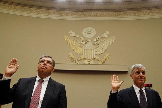 В июле 2010 г. Комиссия по ценным бумагам и биржам США (SEC) слишком мягко (на $75 млн) оштрафовала Citigroup за сокрытие информации о наличии на балансе проблемных ипотечных ценных бумаг на $55 млрд, сделала вывод FCIC. В 2007 г. финансовый директор и руководитель по связям с инвесторами Citigroup обнародовали сумму проблемных активов лишь на $13 млрд. Тогдашние гендиректор Чарльз Принс (слева) и председатель совета директоров Роберт Рубин были в курсе реальных проблем, сообщает The Wall Street Journal со ссылкой на данные FCIC
