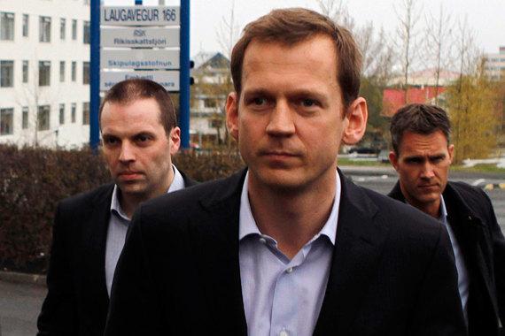 Исландия — одна из наиболее пострадавших стран от финансового кризиса 2008 г. и единственная, где банкиры сели в тюрьму из-за своей роли в нем. До кризиса Kaupthing Bank был ведущим частным банком Исландии. В сентябре 2008 г. его гендиректор Хрейдар Мар Сигурдссон (в центре) и председатель совета директоров Сигурдур Эйнарссон объявили о покупке 5,1% акций Kaupthing членом катарской королевской семьи. Позже выяснилось, что при этом инвестор получил от банка кредит в размере $280 млн на покупку его же акций. Kaupthing обанкротился в октябре 2008 г., а из его активов был создан Arion Bank. Активы Kaupthing и двух других крупнейших банков, также обанкротившихся, перед кризисом в 10 раз превышали ВВП Исландии, составлявший $17,5 млрд