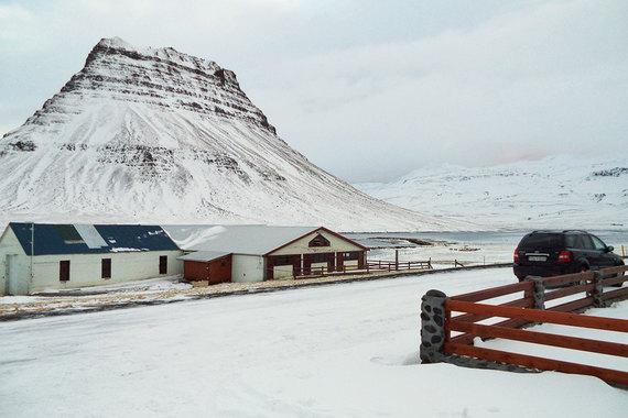 Сейчас Сигурдссон и Эйнарссон находятся в тюрьме Kviabryggja, расположенной в пустынной местности на берегу одного из западных фьордов Исландии. В 2013 г. они, а также бывший руководитель люксембургского подразделения банка и один из его главных акционеров получили до пяти с половиной лет лишения свободы по обвинениям в мошенничестве и рыночном манипулировании акциями Kaupthing. Заключенные топ-менеджеры проводят время в тюрьме по-разному, в том числе и обучая своих сокамерников математике и экономике. Всего по итогам кризиса в Исландии осуждено 26 банкиров и финансистов, сообщает Bloomberg