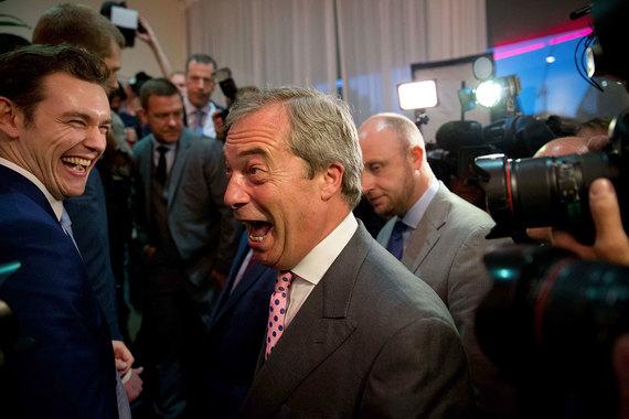 Найджел Фарадж (в центре) - лидер британской Партии независимости (UKIP) ликует в штабе группы Leave.EU, организованной в ходе кампании перед референдумом