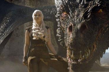Дейенерис Таргариен (Эмилия Кларк) и ее дракон – супероружие в борьбе за Железный трон Семи королевств