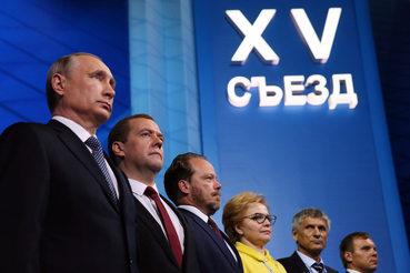 Президент Владимир Путин и премьер Дмитрий Медведев (слева направо) напомнили единороссам о победных традициях прошлого