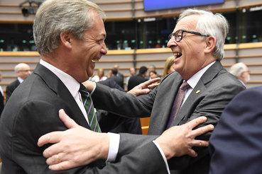 Председатель Еврокомиссии Жан-Клод Юнкер (справа) и лидер британской Партии независимости (UKIP) Найджел Фарадж