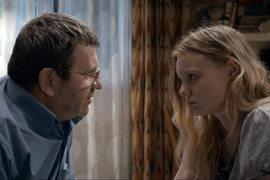 В румынском фильме «Аттестат зрелости» отец ради дочери вынужден поступиться принципами