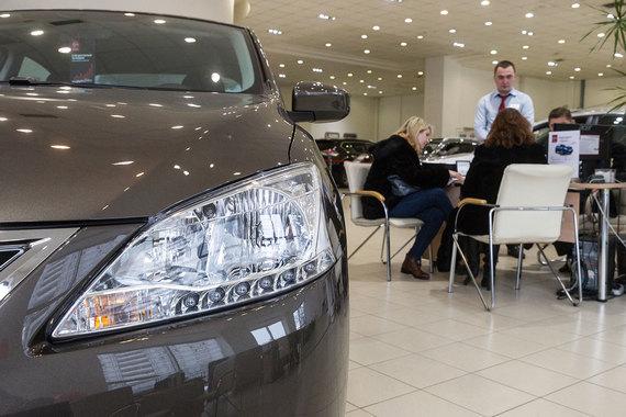 Продажи новых легковых автомобилей в июне вновь упали – на 9