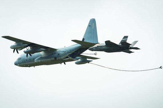 F-35 Lightning II имитирует заправку в воздухе с заправщика KC-130J. Видны вихри от законцовок крыла