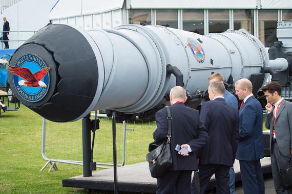 Макет двигателя F-35B на выставке в Фарнборо. Виден механизм отклонения сопла и вал привода подъемного вентилятора с редуктором