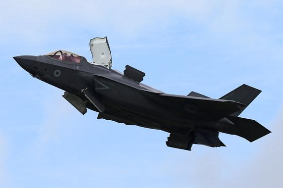 F-35B в переходном режиме. Хорошо различимы пилообразные кромки открытых створок и лючков - это позволяет снизить мощность отраженного сигнала и тем самым снизить заметность самолета для локаторов