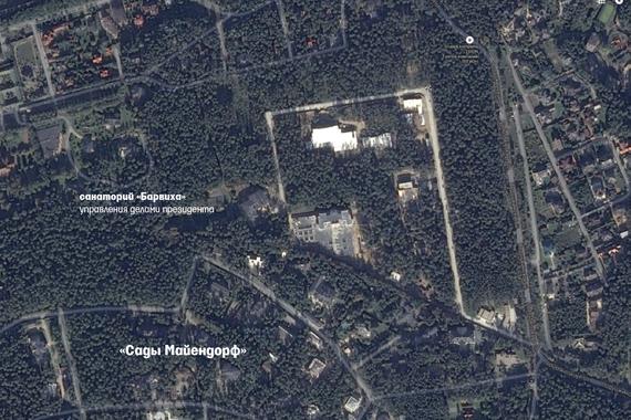Пять лет назад, по данным спутниковой карты Росреестра, здесь был сплошной лес. За это время жители нового поселка успели построить в лесу километровую П-образную дорогу, которая огибает все участки и заканчивается у дома соседки Сечина - супруги гендиректора