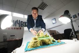 Станислав Астров зарабатывает на строителях песочных замков