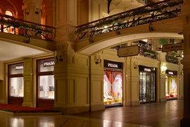 Бутик Prada расположен на первой линии ГУМа и витринами выходит на Красную площадь