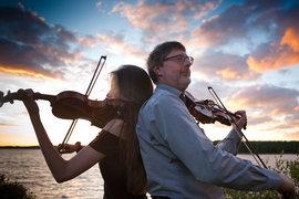 Марк Данел с дочерью сыграли на фоне озера