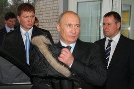 Президент Владимир Путин (в центре) и сотрудник ФСБ Евгений Зиничев (справа) во время посещения Ивановской областной клинической больницы в 2010 г.
