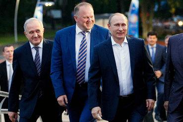 Владимир Булавин (слева) уступил место Николаю Цуканову (в центре,  см. стр. 02) по предложению Владимира Путина