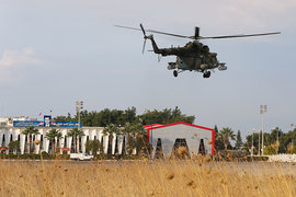 """Вертолет Ми-8 на авиабазе """"Хмеймим"""", архивный кадр"""