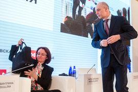 Председателю ЦБ Эльвире Набиуллиной и министру финансов Антону Силуанову (справа, возглавляет наблюдательный совет АСВ) предстоит решить, кто финансирует санации, а кто ими управляет