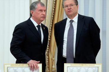 Министр экономического развития Алексей Улюкаев (на фото справа) постарается сделать все возможное, чтобы в этом году продать «Роснефть» (слева – главный исполнительный директор Игорь Сечин)