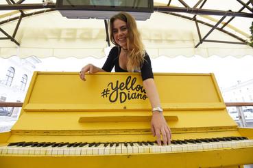 Желтое пианино помогает Марине Худых рекламировать уроки музыки