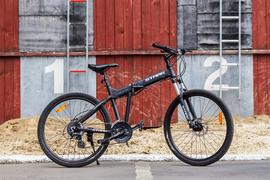 У велосипеда хороший накат (покрышки с гладкой центральной дорожкой), живая управляемость и дисковые гидравлические тормоза