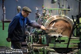 38% пожилых работников заняты в промышленности и сельском хозяйстве