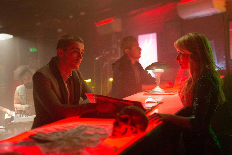 Неоновый красный свет и череп как бы намекают, что герои Дейва Франко и Эммы Робертс ввязались в очень рискованную игру