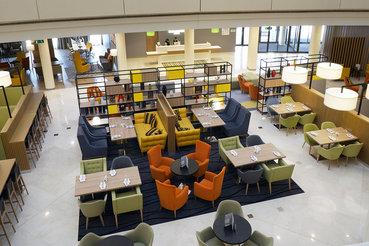 В Holiday Inn Seligerskaya для гостей заработало открытое лобби, где можно завтракать, назначать встречи, общаться, устраивать бизнес-ланчи