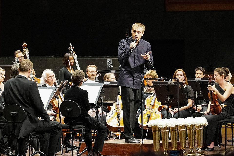 Дирижер Василий Петренко держал вступительное слово перед исполнением Девятой симфонии Бетховена