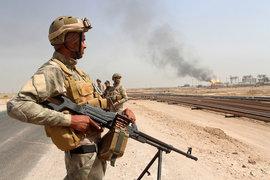 Сотрудники иракской службы безопасности патрулируют нефтепромыслы