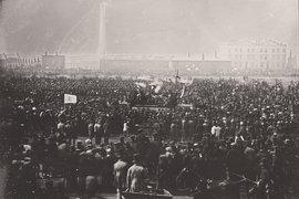 Поступь революционного пролетариата стихала по мере роста доходов рабочих, увеличения их прав и свобод. В Англии многого добилось движение чартистов. На фото: митинг чартистов в Лондоне, 1848