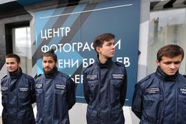 Активисты оперативного молодежного отряда «Офицеры России» у Центра фотографии им. братьев Люмьер