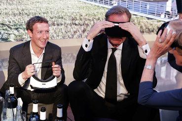 Основатель Facebook Марк Цукерберг (слева)