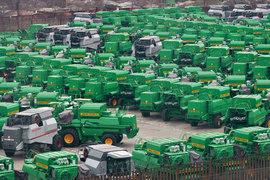 Размер компенсации при доставке сухопутным путем не должен превышать 80% предельных значений субсидий и 90% – при доставке морем. Лимит при доставке тракторов водным транспортом составляет от 120 000 до 1 млн руб. (в зависимости от тягового класса) за один 40-футовый контейнер, комбайнов – 1 млн руб., прочей техники – 400 000 руб.