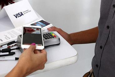 Чтобы заплатить с помощью Apple Pay, достаточно просто поднести смартфон к терминалу