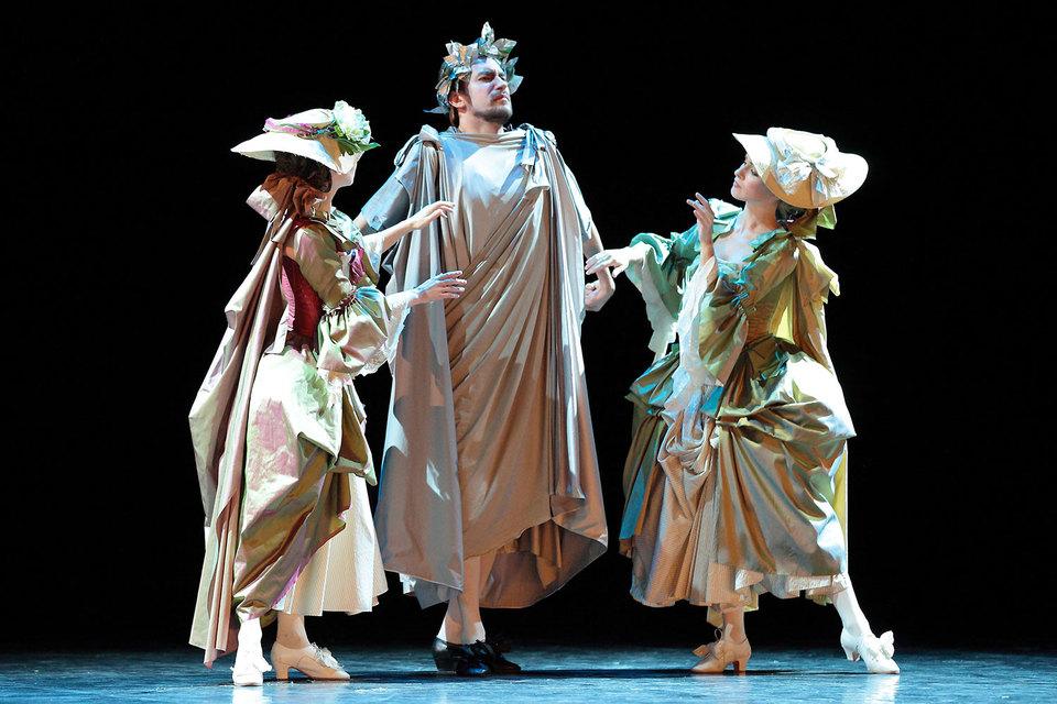 Сутью спектакля оказались костюмы и красноречивые барочные жесты