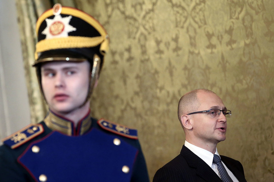Сергею Кириенко (без фуражки) придется показать в Кремле свой высокий аппаратный класс
