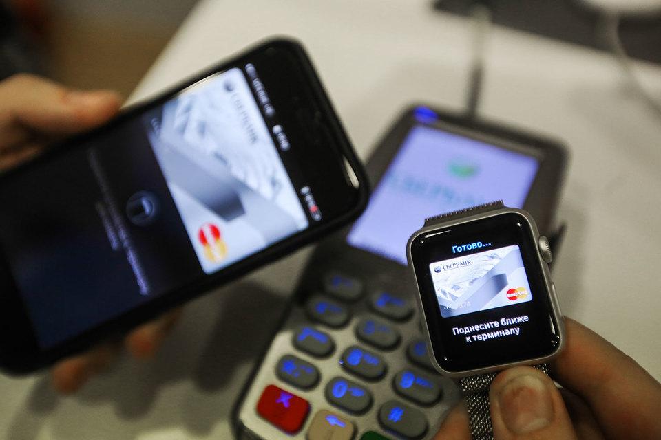 Банки платят системе Apple Pay комиссии за каждую транзакцию, хотя основной ее конкурент, Samsung Pay, денег не берет