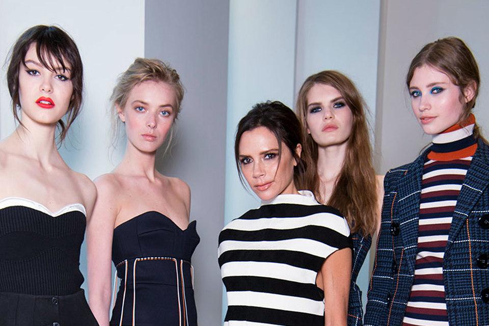 Дизайнер Виктория Бэкхем (в центре) с моделями, представляющими ее коллекцию декоративной косметики