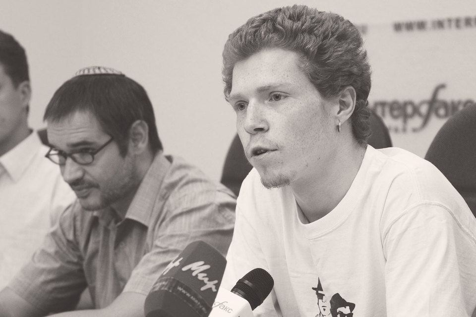 Первым известным делом о «ненависти к социальной группе» милиционеров стало преследование блогера Саввы Терентьева (справа)