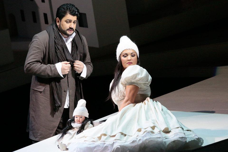 В спектакле Большого театра Манон Леско (справа – Анна Нетребко) поселена в детский мир