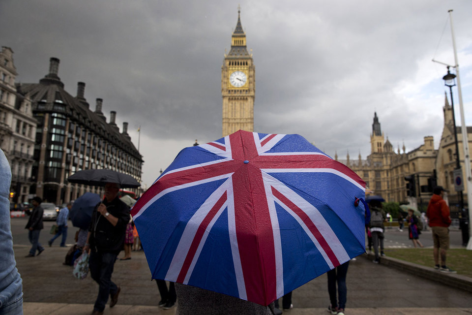 Великобритания хочет запретить инвестбанкам требовать от клиентов услугу за услугу и заставить их держать таблицы с рэнкингами подальше от клиентов