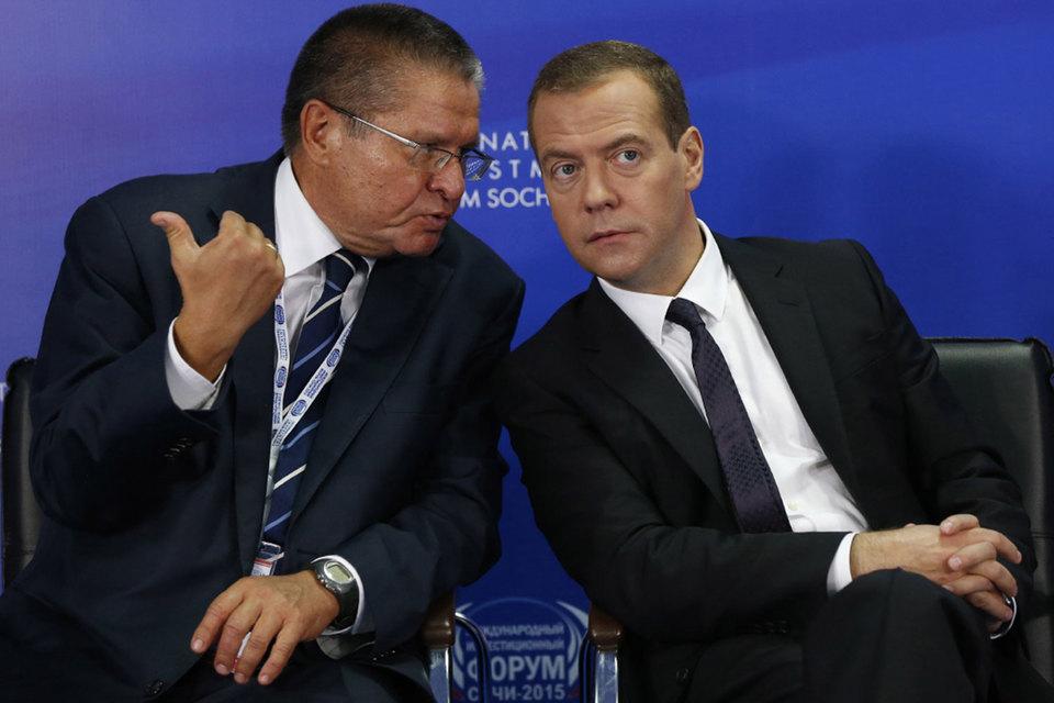 Председатель правительства Дмитрий Медведев (справа) надеется на слабенький рост, в прогнозе Минэкономразвития (слева – министр Алексей Улюкаев) он имеется