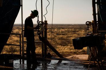Даже подав заявление о банкротстве, компании продолжают добывать нефть