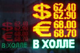 Население стало активнее покупать валюту последние два месяца, указывают эксперты. Оно по старой памяти готовится к новогодним колебаниям курса