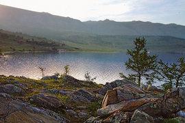 Летний сезон на Байкале длится с июля по середину августа. На фото: панорама Мухорского залива