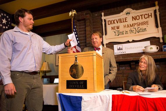Первый участок в США, фиксирующий волеизъявление избирателей в день голосования, – в Диксвилл-Нотч, шт. Нью-Гемпшир. Первым свой бюллетень там опустил местный житель Клэй Смит (на фото). Жители Диксвилл-Нотч отдали предпочтение Хиллари Клинтон – четыре голоса против двух за Дональда Трампа