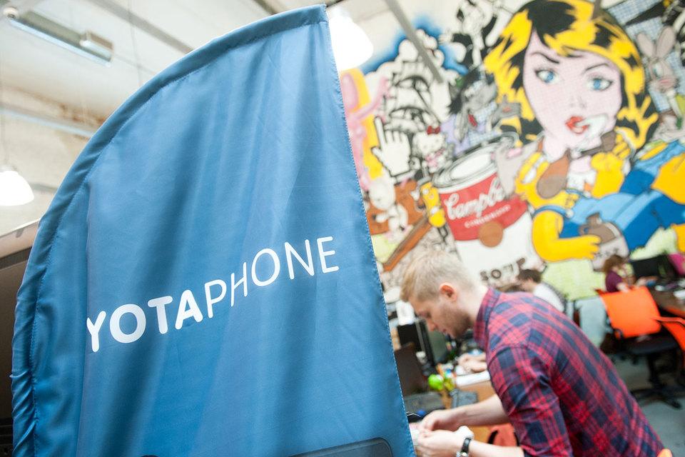 Русский YotaPhone 2 сдвумя экранами начали торговать закопейки