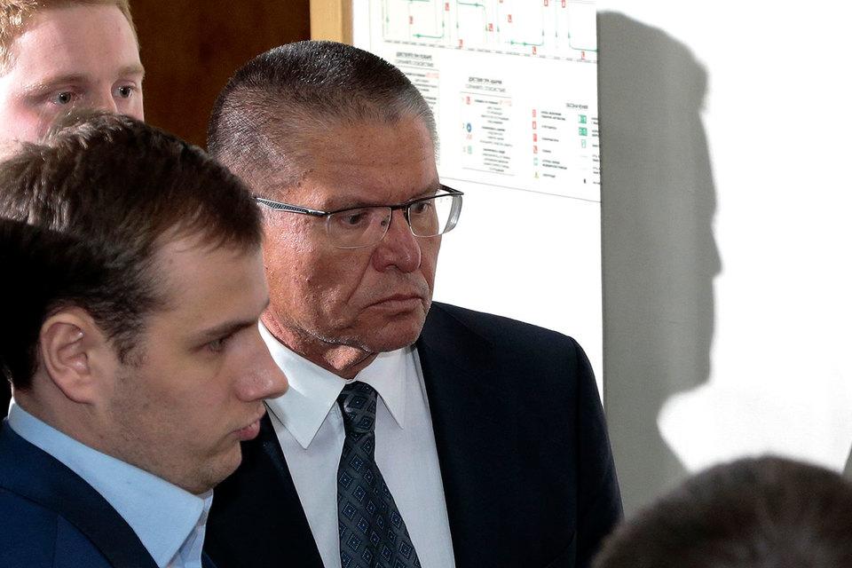 Улюкаева без наручников завели в зал суда около 16.35 мск